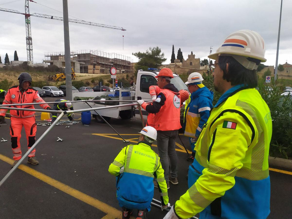 COVID 19 Montaggio tende all'ospedale San Pio di Castellaneta